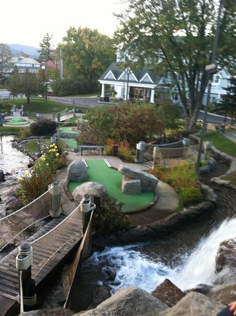 Comfort Inn & Suites North Conway : View of hotel from miniature golf