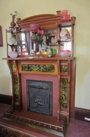 Richards House Bed and Breakfast : Fireplace in the Red Room