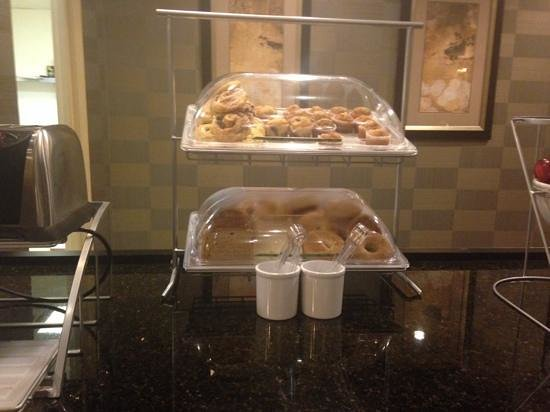 Holiday Inn Express & Suites Blacksburg - University Area : breakfast