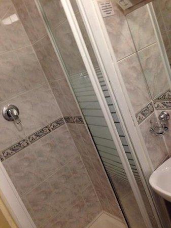 Enterprise Hotel: shower very tiny