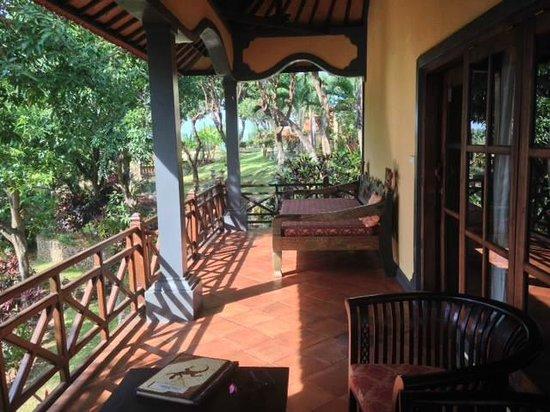 Puri Mangga Sea View Resort & Spa: villa porch