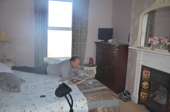 Ardaghmore Bed and Breakfast : relaxing in the bedroom