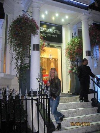 Enterprise Hotel: Hotel entrance