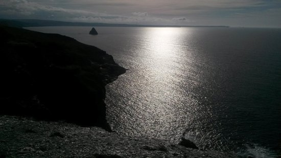 Camelot Castle Hotel: sun on the water over looking cove