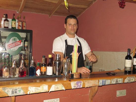 Los Amigos: Dependiente en el Bar del Restaurante