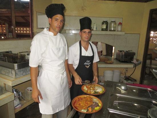 Los Amigos: Cocineros elaborando platos