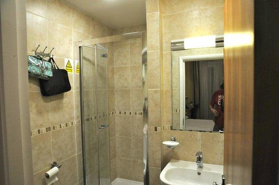 Luna & Simone Hotel: Bathroom