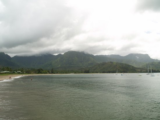 Hanalei Pier: waterfalls and mountains