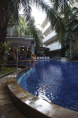 Permata Kuta Hotel by Zeeti International : View of the stunning pool and bar area.