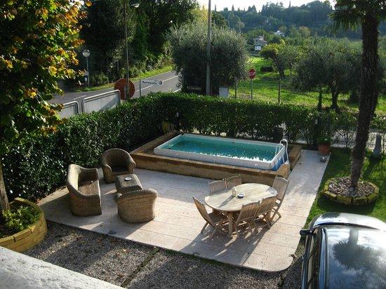 Betty's House: Giardino con la piccola piscina