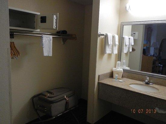 Best Western Center Inn: sink luggage area