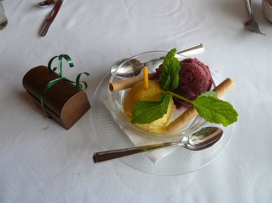 Little River Inn Dining Room : Sorbet and chocolate truffles