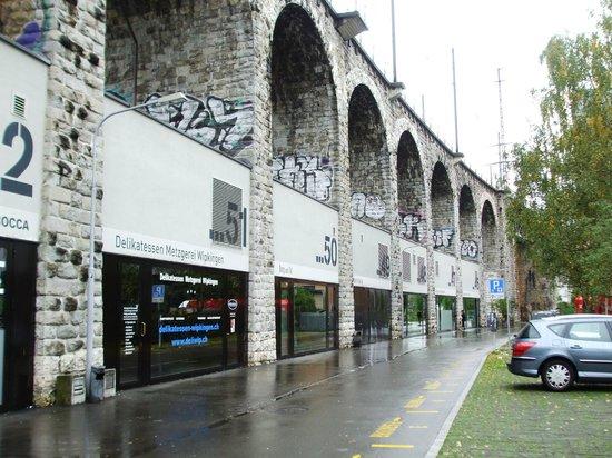 Im Viadukt: Moe shops at the Viadukt
