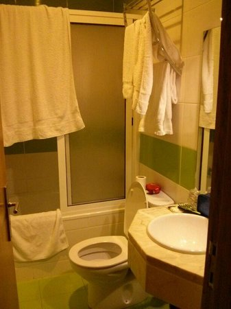 Hotel do Norte: el baño, la toalla describe el tamaño de la ducha