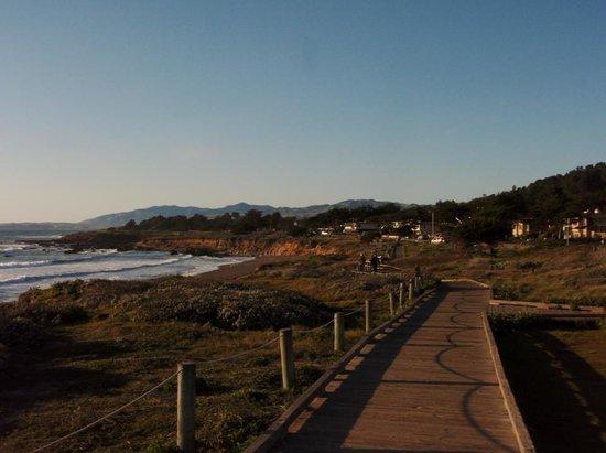 FogCatcher Inn : Moonstone Beach directly across from the hotel