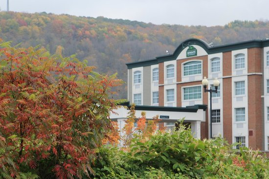 Wingate by Wyndham Ellicottville : Autumn photo of the front of the inn.