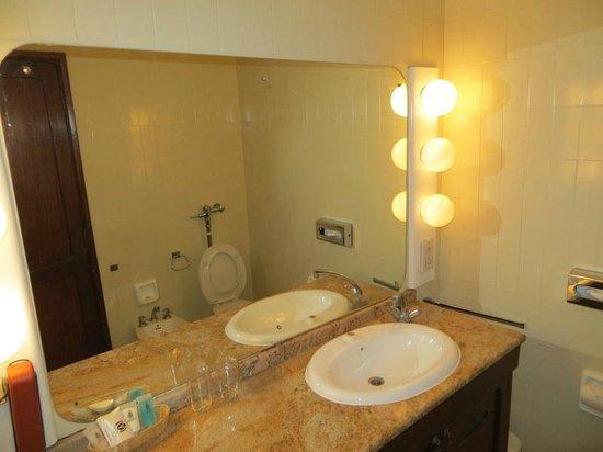 Nairobi Safari Club: bathroom