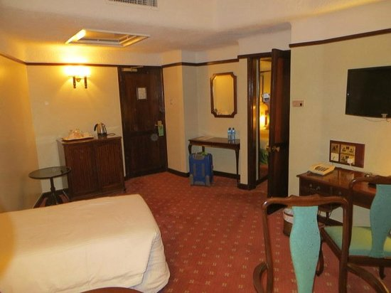Nairobi Safari Club: room 612 sitting area