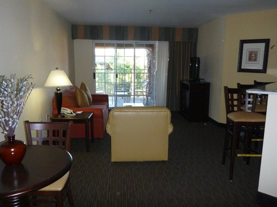Holiday Inn Express Hotel and Suites Scottsdale - Old Town: Open plan living room, dining, and kitchen