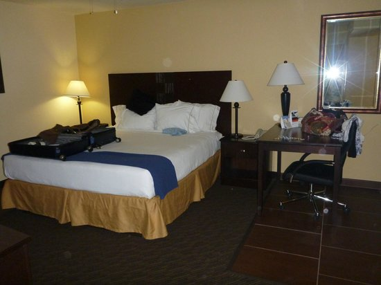 Holiday Inn Express Hotel and Suites Scottsdale - Old Town: King-size bed and desk