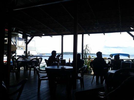 Buena Vista En La Terraza Trasera Y Muelle Del Restaurante
