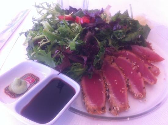 Cafe Forte: Sashimi tuna and salad, so good!