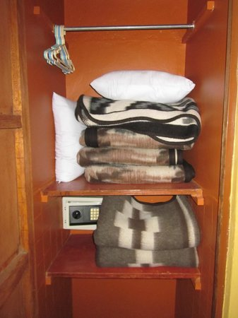 Suites Antonio´s: Extra blankets in our room