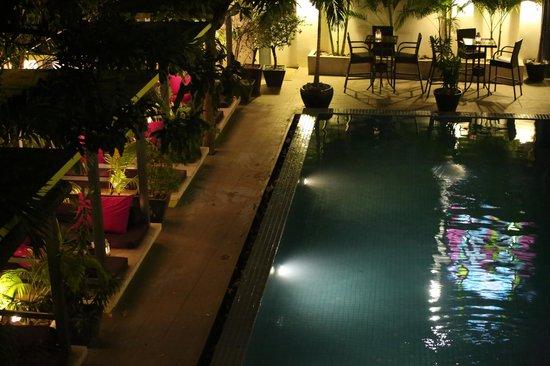 the 252 : La piscine et ses espaces Lounge...