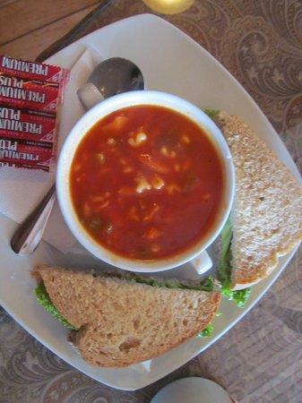 Bonnie Lous Cafe: Delicious soup and sandwich