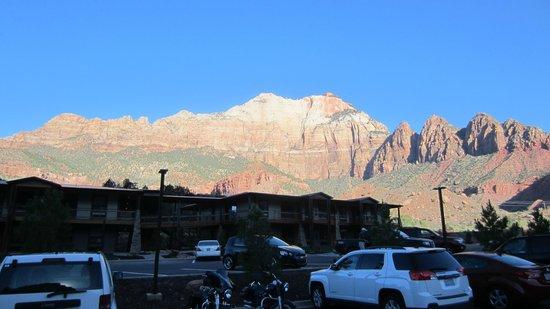 La Quinta Inn & Suites at Zion Park / Springdale : Mountain view approaching sundown