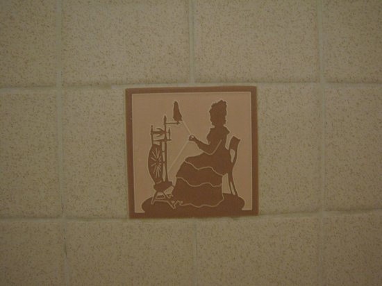 ‪لوج جابلز - لوج هوم: The signature image on the bathroom tile.‬