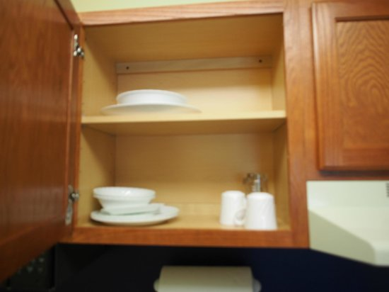TownePlace Suites Manchester-Boston Regional Airport : Kitchenette Cabinet #3