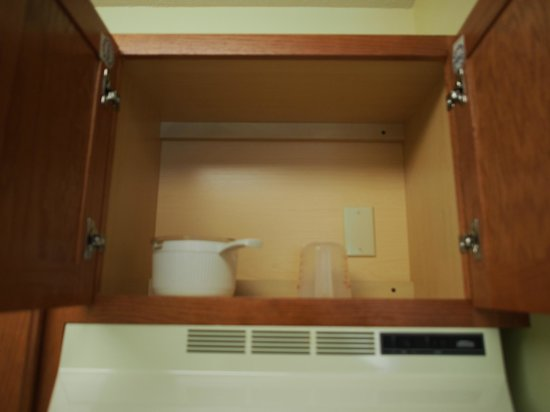 TownePlace Suites Manchester-Boston Regional Airport : Kitchenette Cabinet