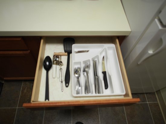 TownePlace Suites Manchester-Boston Regional Airport : Kitchenette Utensil Drawer