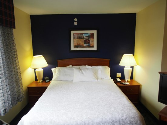 TownePlace Suites Manchester-Boston Regional Airport : Bed