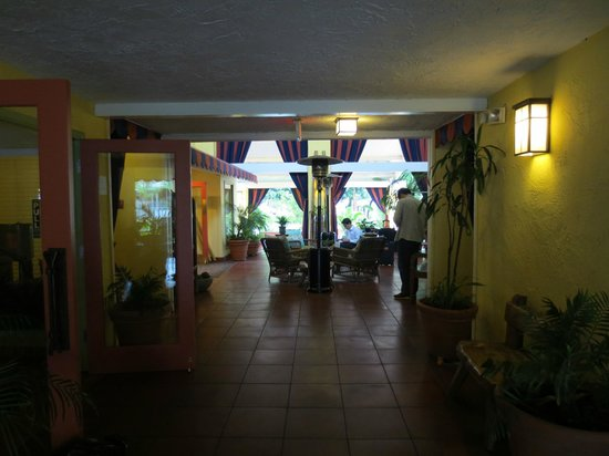 Wild Palms Hotel - a Joie de Vivre Hotel: Lobby area has plenty of seating