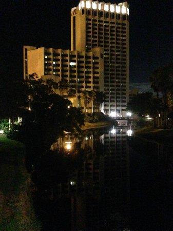 Hilton Orlando Buena Vista Palace Disney Springs : Hotel from walkway