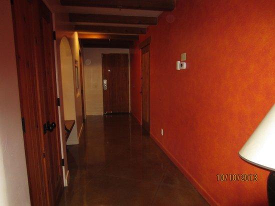 Embarc Palm Desert : hallway into larger suite