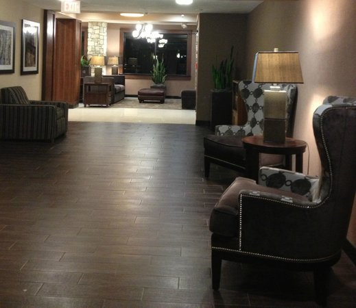 Drury Inn & Suites San Antonio Airport: Elevator area off of the lobby