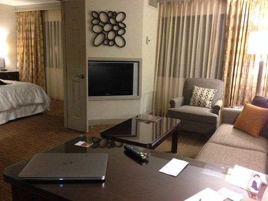 Sheraton Suites Orlando Airport: Comfortable Suite Room
