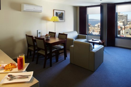 RACV/RACT Hobart Apartment Hotel: Apartment dining and lounge