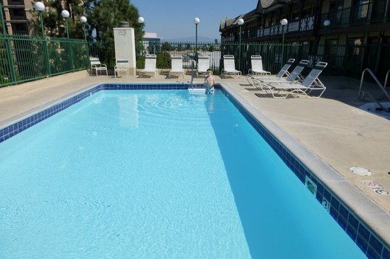 Anaheim Camelot Inn & Suites : Pool located on 4th fllor