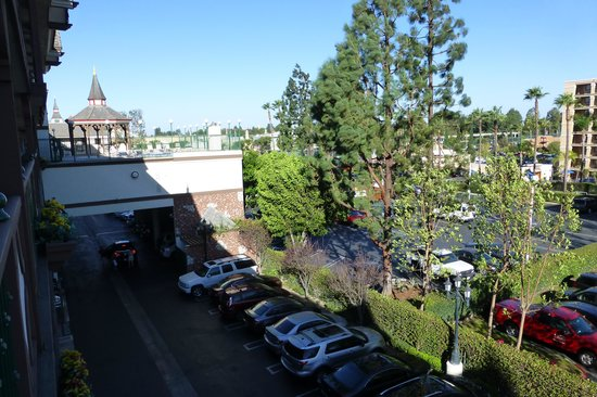 Anaheim Camelot Inn & Suites: View of Disneyland from 4th floor rooms