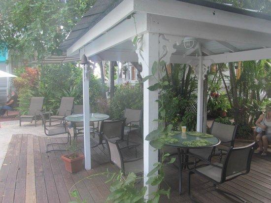 Key West Harbor Inn: Gathering place near pool
