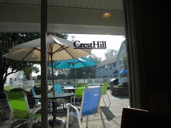 CrestHill Suites Syracuse: View from breakfast area