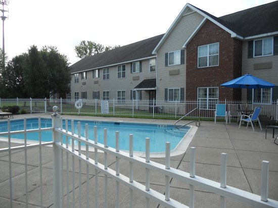 CrestHill Suites Syracuse: Pool view