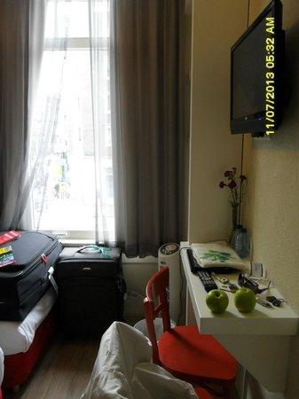 Alp Hotel Amsterdam: Resto de la habitacion (baño de tamaño normal y muy limpio)
