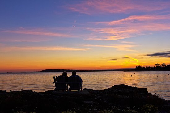 Ocean Point Inn and Resort: Sunset from the Adirondack chairs.