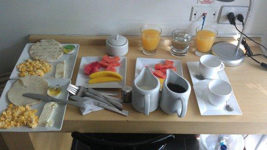 In House The Hotel: Desayuno!