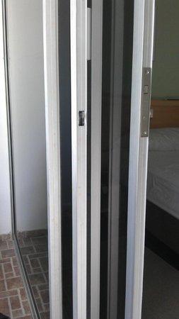 In House The Hotel: Doble puerta en el balcon
